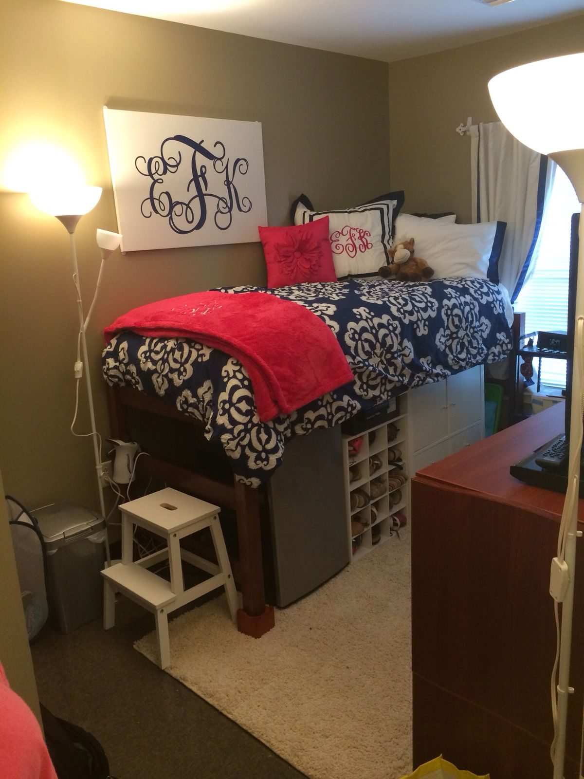Stool but not sure of the bed do you like it too 2 princess bedroom - Great Dorm Room Organization Step Stool To Get On The Elevated Bed Prepping For College Life Pinterest Dorm Room Organization Dorm Room And Dorm