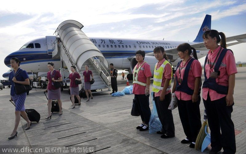 Airplane cleaner's day[1]|chinadaily.com.cn