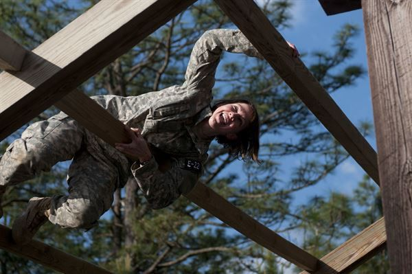 Soldiers navigate obstacles during Air Assault Obstacle Course ...