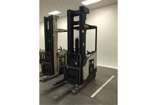Crown RR5220-35 3,500-Lb Capacity Order Picker Forklift Stand Up ...