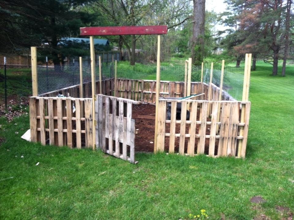 Picket fences fence and pallets on pinterest for Pallet picket fence