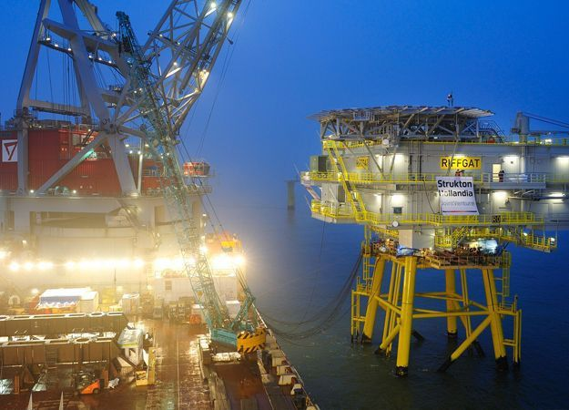 Installation of the 1800-tonne offshore substation at RWO Innogy's ...