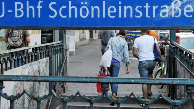 Refugee finds purse with 14,000 euros on Berlin subway, turns it ...