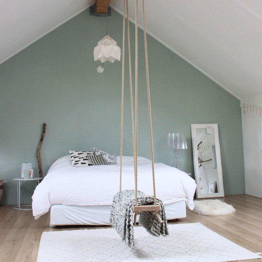 Une grande chambre sous une charpente peinte en blanc un mur vert amande du - Chambre peinte en bleu ...