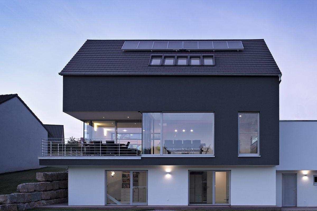 Untergeschoss in kombination mit hang und balkon for Modernes haus im hang