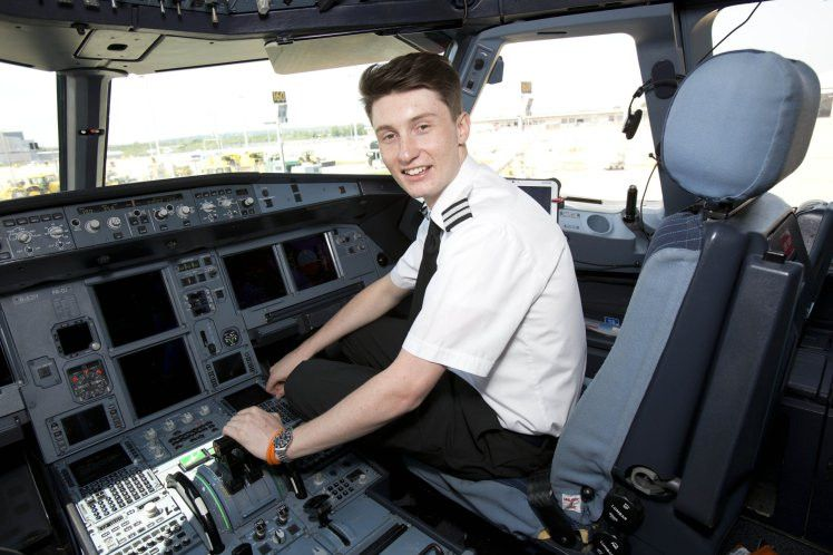 easyJet's newest pilot Luke Elsworth is just 19 years old | Metro News
