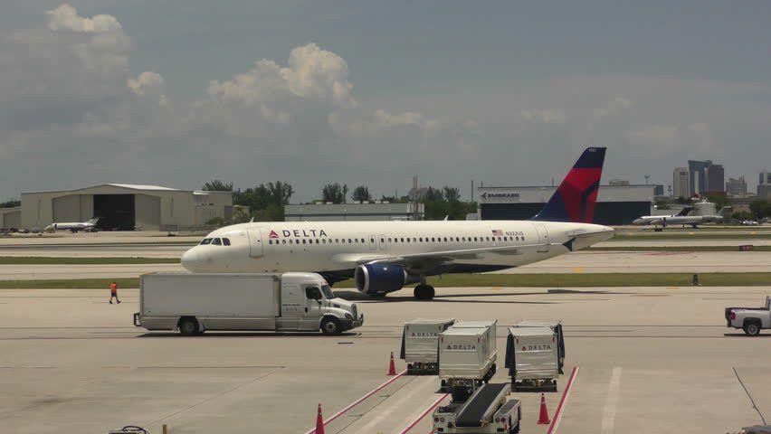 FORT LAUDERDALE - FEBRUARY 27: Delta Airlines Airbus Passenger Jet ...