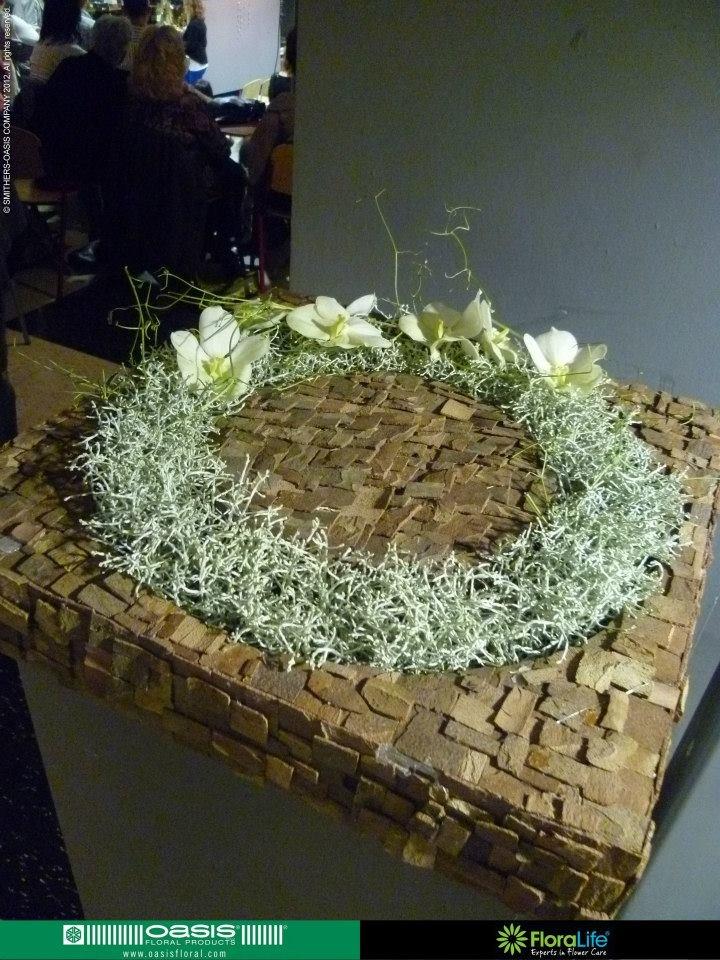 weihnachtliche blumenschale aus moos mit zapfen und rosen. Black Bedroom Furniture Sets. Home Design Ideas