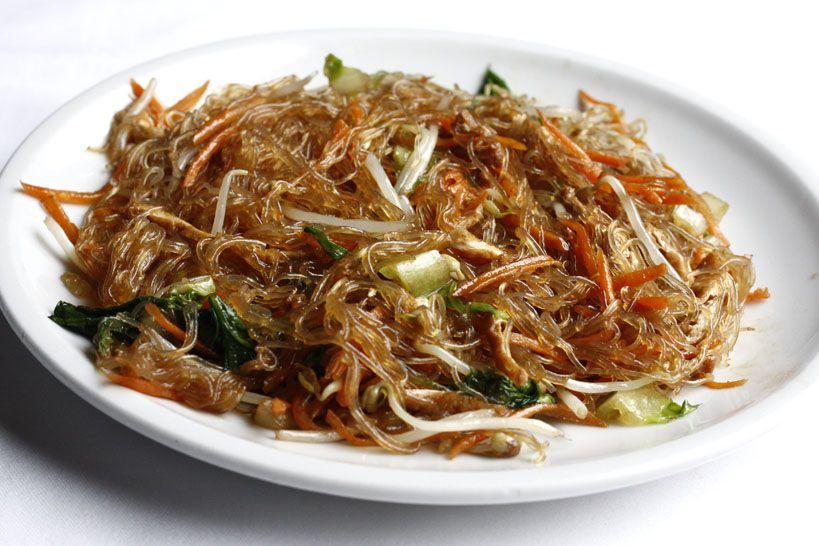 Gli spaghetti di soia con verdure sono un piatto tipico de for Piatto tipico cinese