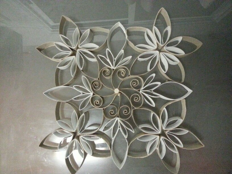 Cardboard tube snowflakes found at http for Decoration murale toilette