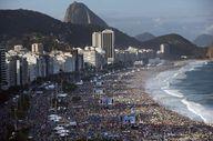 Miles de fieles esperan en las playas de Copacabana la palabra del Papa Francisco. (AP / Felipe Dana)