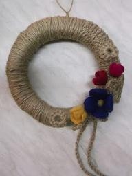 wianek z sznurka ozdobiony kwiatami z filcu
