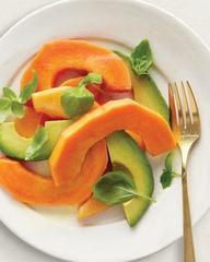 Tropical Salad    Basil leaves, avocado and papaya! - Lechoza o Papaya: calma el dolor  Aparte de contener vitaminas C y A, y potasio, la papaya tiene papaína, una enzima que ha demostrado reducir la inflamación y aliviar el dolor de enfermedades inflamatorias como artritis, tendinitis y dolores de espalda. También ayuda al cuerpo a descomponer las proteínas. Para obtener ambos beneficios, Kilham recomienda comer la fruta o tomar el jugo.