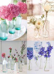 Vasos de flores com garrafas.