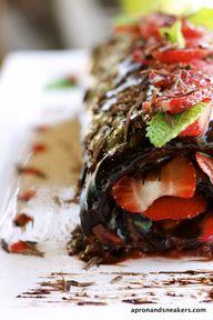 Bolo de chocolate, morango e menta. | Dark Chocolate, Strawberry & Mint Swiss Roll.