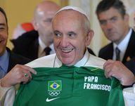 El Papa Francisco sostiene una camiseta de los juegos olímpicos con su nombre que le fue obsequiada en Río de Janeiro. Francisco bendijo la bandera olímpica como uno de las múltiples actividades que desarrolla durante su visita a Brasil. (AP)