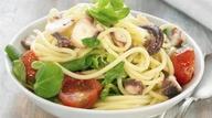35 - Cuece un pulpo, pártelo en trocitos y añádeselo a unos espaguetis. Corta tomate en cuadraditos y añade unas hojas de espinacas crudas. ¿El aliño? Aceite de oliva virgen extra con pimentón y sal. Estupenda para un domingo especial.