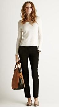 wit shirt, zwarte broek, groffe tas en ballerina's