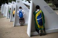 Fervientes católicos realizan el acto de confesión en dispositivos portátiles instalados para recibirlos durante las Jornadas de Encuentros de la Juventud, que con la presencia del Papa Francisco, se lleva a cabo en RIo de Janeiro, Brasil. (AP)