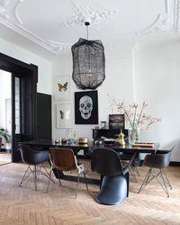 Smalle visgraat parket vloer in een lichte kleur! Heel mooi in deze kamer met oude ornamenten! https://emfurn.com/collections/bar-stools