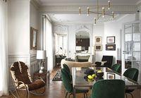 Magicien du sur-mesure, l'architecte Laurent Croissandeau, fondateur de l'agence IMLC, a subtilement métamorphosé cet appartement parisien en écrin cosy, pour un collectionneur brésilien....