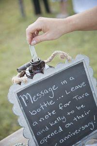 Adorei essa ideia, Co! Pedir para os convidados escreverem um bilhetinho e colocar em uma garrafa, e vocês abrem no aniversario de 1 ano de casados