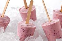 Paletas de yogur helado con fresas, plátano y moras azules Receta