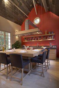 Xaviez vous présente la réalisation d'une cuisine en chêne couleur blé et en ardoise violine clivée. Retrouvez toutes nos cuisine en chêne.