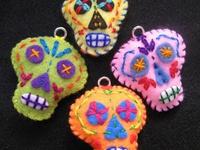 Calaveras artísticas o artesanales en cualquier material. Handmade or artistic skulls, in any imaginable material.