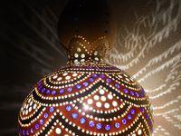 Arte feita com cabaças e porongos, objetos e luminárias.