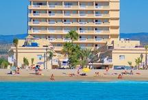 Hotel RH Casablanca - Peñíscola / Espectacular hotel de 4 estrellas en primera línea frente a la Playa Norte de Peñíscola, con acceso directo al paseo marítimo y a corta distancia del pintoresco centro histórico. Todas las habitaciones son muy cómodas y amplias. En los meses de verano podéis disfrutar de 2 Jacuzzis exteriores climatizados con vistas al mar. / by Hoteles RH