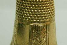 - El Dedal Antiguo y de siempre - / El dedal es un instrumento muy antiguo que ha sido encontrado en tumbas egipcias. En aquel tiempo, los dedales estaban fabricados en cuero. También se han encontrado dedales fabricados en hueso, bronce o marfil en diferentes países europeos.  En el siglo XVI, eran populares los dedales fabricados en Núremberg  En el siglo XVIII, constituía un regalo de lujo hacían a sus novias. Objetos de regalo y colección  fabricados en cerámica que llevan  el nombre o la imagen típica   de  origen  / by Juana Martín