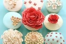 Baking: Cupcakes NOM NOM / by Elyse Vergez