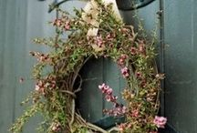 Wreaths and door hangings / by Kimberly Linhares