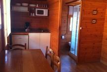 Bungalow Tipo B-4/5 personas Camping Playa de la Franca (Asturias) / Nuestro bungalow Tipo B, con capacidad para 4 o 5 personas, tiene dos habitaciones, baño con ducha, cocina equipada, sofá, TV y terraza / by Camping Playa de la Franca Bungalows-Asturias