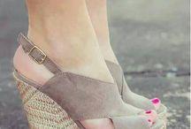 zapatos , zapatillas, botas y tenis / by Alejandra Ordaz