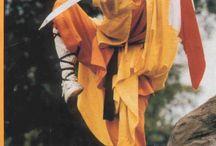 """Kung-Fu / (Chino simplificado: 功夫, pinyin: gōngfu)  El término Kung-fu proviene de los ideogramas chinos kung: trabajo, posición o ejercicio; y fu: continuo, de manera correcta, bien hecho, sabio, total. Así, la expresión china Kung-fu puede traducirse como """"Trabajo Continuo"""" o """"Todo arte llevado al punto de perfección"""" / by Reply"""