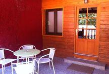 Bungalow Tipo Dúplex (6 personas) Camping Playa de la Franca (Asturias) / Este es otro de nuestros bungalows para 6 personas, con tres habitaciones en la planta superior y baño con ducha, cocina equipada, sofá, TV y terraza en la planta baja. / by Camping Playa de la Franca Bungalows-Asturias