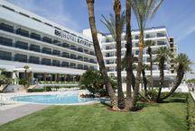 RH Bayren Hotel & SPA - Gandía / Hotel de cuatro estrellas completamente reformado en 2013 situado en primera línea de la playa de Gandía, junto al paseo marítimo. Todas sus habitaciones son confortables y relajantes con un diseño muy actual.Tiene hidromasaje con camas de burbujas rodeado de zonas ajardinadas y un SPA con todo tipo de instalaciones y tratamientos de salud y relax. / by Hoteles RH