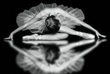 El arte de la danza / Música en vuelo buscando nido. Danza el instante en lo recóndito  de lo decrépito. Gráciles alas en posición. Suave envoltura contra lo ominoso coreografía como bastión. Libres los pies persiguiendo el aire donde ambrosías de partituras crean armonías que anidan dentro del corazón. / by María Rodríguez Reyes