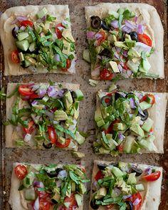 No bake pizza w/ hummus, avocado and veggies