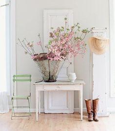 Prachtig sfeerplaatje van een landelijk interieur, met wit als basis, natuurtinten, bos bloemen, brocante meubels