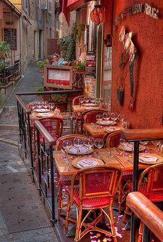 Le petit chaperon rouge, Cannes, France (by lucbus).