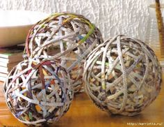 Bolas decorativas de tubos de periódicos
