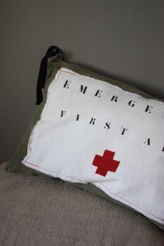 Coussin First Aid Le Grenier de Ninon