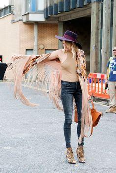 Kimono, skinny jeans, hat.