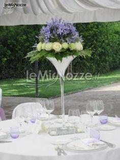 http://www.lemienozze.it/gallerie/foto-fiori-e-allestimenti-matrimonio/img29220.html  Centrotavola con fiori per il matrimonio: glicine e bianco floral arrang, composizioni fiori, μικρές σύνθεσης, il matrimonio, decoración mesa
