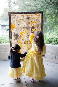 using an easel + creativity as your guestbook // photo by Jennifer Young // view more: http://ruffledblog.com/bohemian-los-angeles-wedding/
