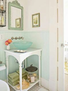 Nice, bright colours in the powder room to create a feeling of space.
