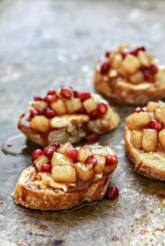 Spiced Pear and Pomegranate Crostini - Easy Crostini Appetizers & Tips for Making Crostini on @Katie Hrubec Hrubec Goodman www.goodlifeeats.com #appetizer #snack
